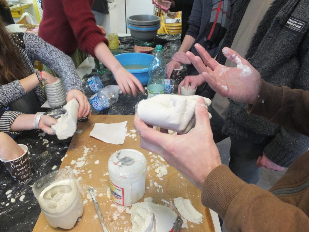 atelier moulage avec les élèves de l'option arts plastiques