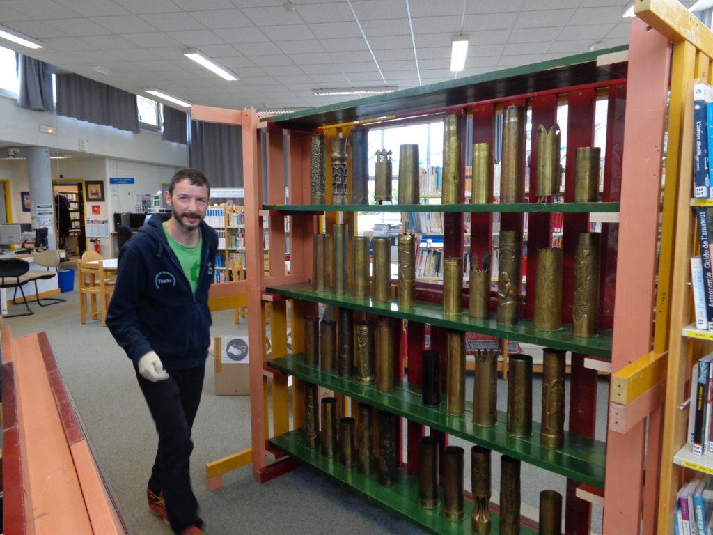 exposition au CDI collection de douilles d'obus