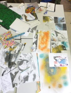 2017, table de travail d'une élève atelier édition de multiples